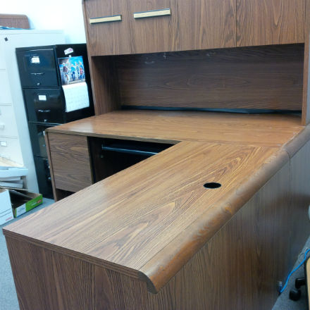 L SHAPE EXECUTIVE SIZE DESK WITH HUTCH